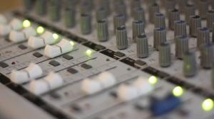 Ett tiotal synthar är inkopplade i mixern. Foto: David Fryxelius.