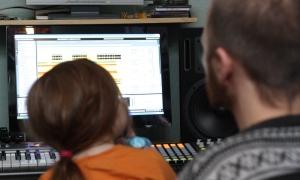 Juliette är ofta med David i studion. Foto: David Fryxelius.