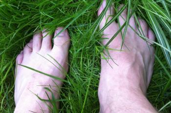 Fötter nerborrade i det första gröna vårgräset.