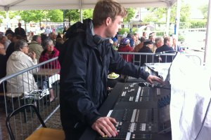 Arvid Bache Blix vid mixerbordet på Arvika stadfesten 2013. Foto: David Fryxelius.