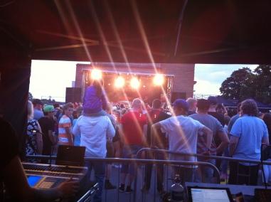 Scen 2 på Arvika Hamnfest 2013 levererar. Foto: David Fryxelius.