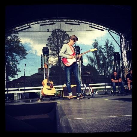Soundcheck på Sandgrundsudden med Fredrik Toremark från Arvika. Foto: David Fryxelius.