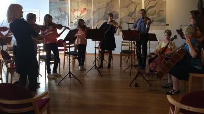 Ungdomsorkestern Chocolate strings med support. Foto: David Fryxelius.