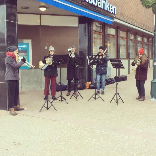 Elever från Musikhögskolan Ingesund spelar adventsmusik på stan. Foto: David Fryxelius.