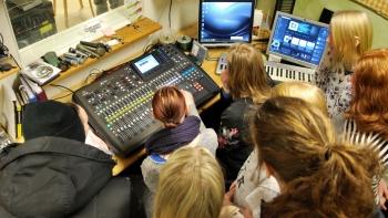 Trångt i kontrollrummet. Solbergagymnasiets musikesteter samlade runt mixerbordet. Foto: David Fryxelius.