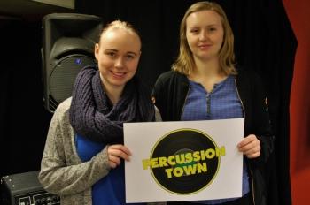 Magdalena Åhlin och Jessica Gajdos håller upp logotypen för nya skivbolaget. Foto: David Fryxelius.