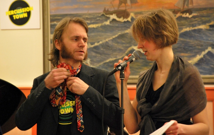 David Engström, knytandes skivbolagdirektörsslips, intervjuas av Anna Andersson Vass. Foto: David Fryxelius.
