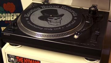 Skivspelaren står centralt placerad på Bootleg Booze Records lager. Foto: David Fryxelius.