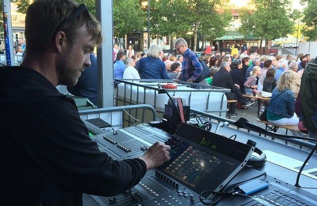 Arvid, Audio Blix, sköter ljudet på Arvika stadsfest 2015. Foto: David Fryxelius.