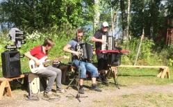 Familjen Arnesson underhåller på Älgå hembygdsgård. Foto: David Fryxelius.