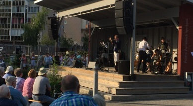 Göran Bryntesson fotograferar publiken på trivselkvällen i stadsparken 3 juli 2015. Foto: David Fryxelius.