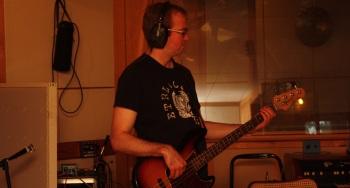 Anders Kensby i Rasputin lägger bas i Silence Studio. Foto: David Fryxelius.