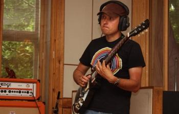 Klas Årling i Rasputin lägger gitarr i Silence Studio. Foto: David Fryxelius.