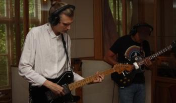 Simon Hedelin (tv) och Klas Årling i Rasputin lägger gitarrer i Silence Studio. Foto: David Fryxelius.