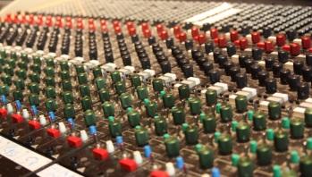 Detaljbild från Silence Studio analoga mixerbord. Foto: David Fryxelius.