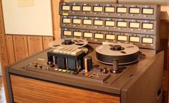 Silence Studio är en av få fullt fungerande analoga studios i Sverige. Här ses studions 24-kanaliga bandspelare. Foto: David Fryxelius.