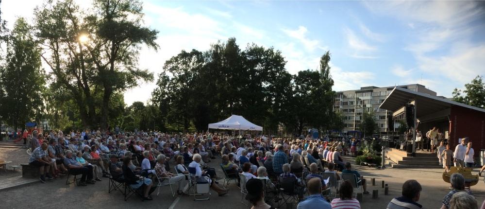 Publik på trivselkvällen i stadsparken 3 juli 2015. Foto: David Fryxelius.