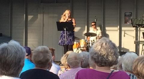 Sara Olsson på trivselkvällen i stadsparken 3 juli 2015. Foto: David Fryxelius.