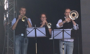 Blåssektionen i môra-per på Arvika Hamnfest 2015. Foto: David Fryxelius.