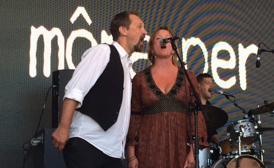 Förstärkt körsektion (Magnus och Anncharlotte) i môra-per på Arvika Hamnfest 2015. Foto: David Fryxelius.