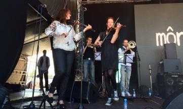 Lena och Maria i môra-per på Arvika Hamnfest 2015. Foto: David Fryxelius.