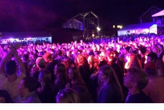 Publik på Nause spelning på Arvika Hamnfest 2015. Foto: David Fryxelius.