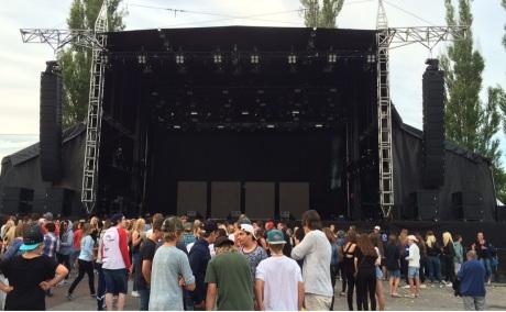 Publik väntar på Lorentz på Arvika Hamnfest 2015. Foto: David Fryxelius.