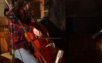 Anders spelar in cello. Foto: David Fryxelius.