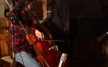 Anders spelar in cello. Foto: David Fryxelius.