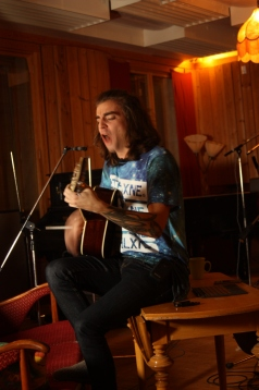 Pettson spelar i Silence studios. Foto: David Fryxelius.