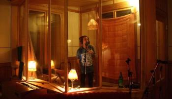 Pettson spelar in sång. Foto: Free as Rain.