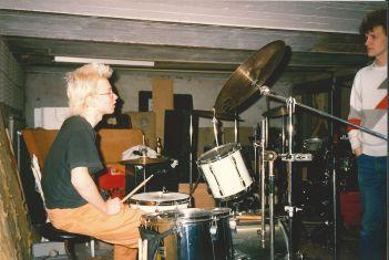 Matti pratar trummor med Ralf under Doktor Glas demoninspelning 1987. Foto utlånat av Magnus Fors.