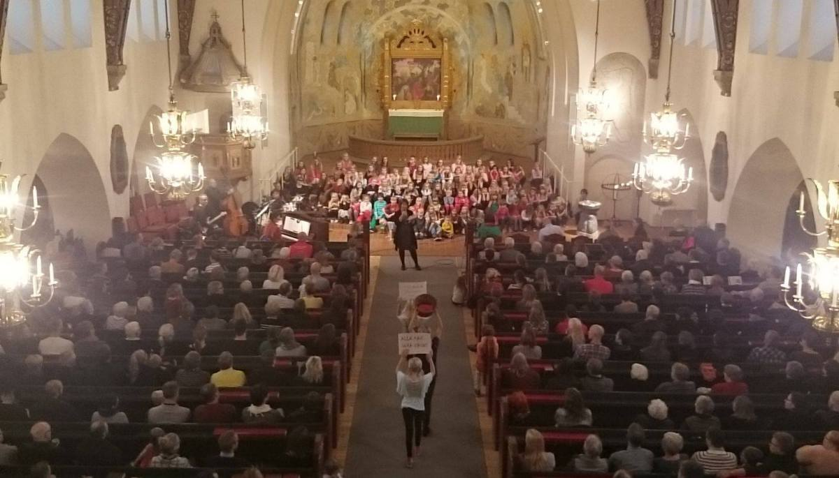 Världens barn-konsert fyllde Trefaldighetskyrkan