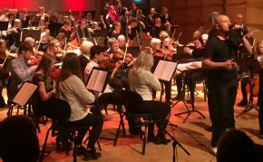 Symfoniorkestern under ledning av Robert Henriksson och solist Johan Boding. Foto: Birgitta Rentzhog.