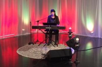 Mathilda Röjdemo vid flygeln under TV-inspelning. Foto: Mathilda Röjdemo.