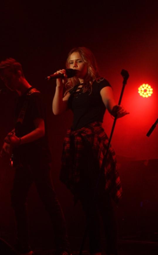 Rocknummer under Central show - bra ös! Foto: David Fryxelius.