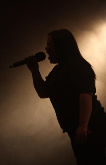 Solosång under Central Show. Foto: David Fryxelius.