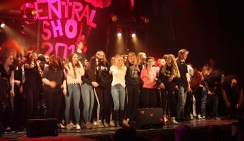 Alla medverkande på scenen på Central Show. Foto: David Fryxelius.
