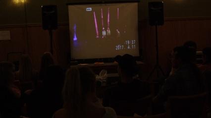 Eleverna följer showen steg för steg via storbildsskärm på backstage. Foto: David Fryxelius.