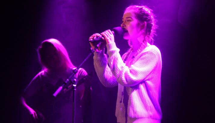 Finstämd sång under Central Show. Foto: David Fryxelius.