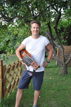 Daniel Höglund Werngren med sin nyckelharpa. Foto: Daniel Höglund Werngren.