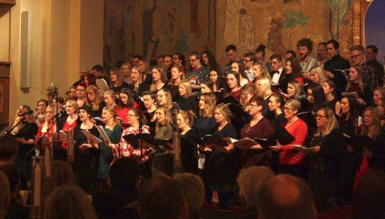 Ett 70-tal tidigare musikesteter sjöng tillsammans i kören på julkonserten 2017. Foto: David Fryxelius.