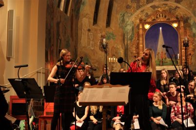 Mia Marin (fiol) och Karolina Winberg spelade och sjöng på musikesteternas julkonsert 2017. Foto: David Fryxelius.