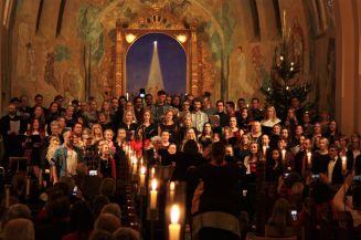 En mäktig kör av tidigare musikesteter sjöng O helga natt på musikesteternas julkonsert 2017. Foto: David Fryxelius.