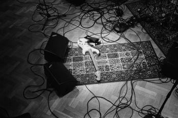 En ensam gitarr i replokalen. Foto: Ludwig Sandström.