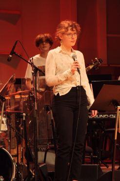 """Sångerska i """"Fast Ramen"""" på Musikskolans konsert på Musikhögskolan Ingesund vt18. Foto: David Fryxelius."""