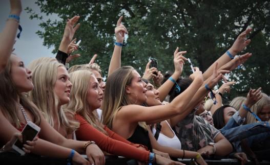 Publik framför Jireels konsert. Foto: David Fryxelius.
