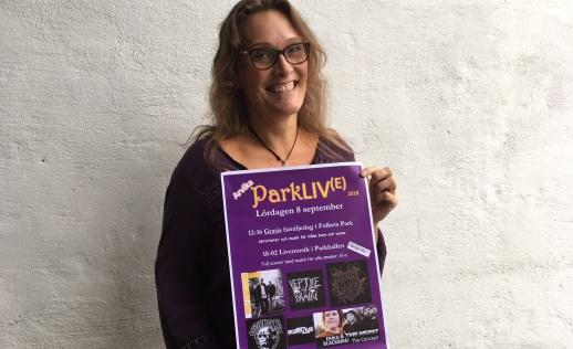 Caroline Eriksson Waerme med affischen för Parkliv(e). Foto: David Fryxelius.