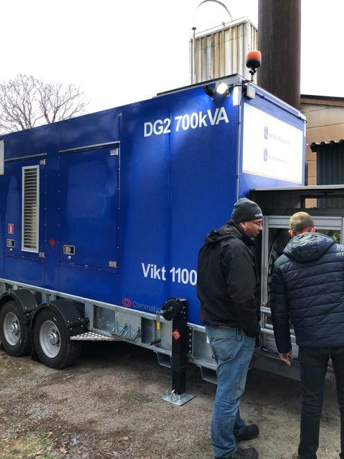 Personal från Arvika Teknik arbetar med att ansluta reservaggregat för ström på Musikhögskolan Ingesund. Foto: Håke Karlsson.
