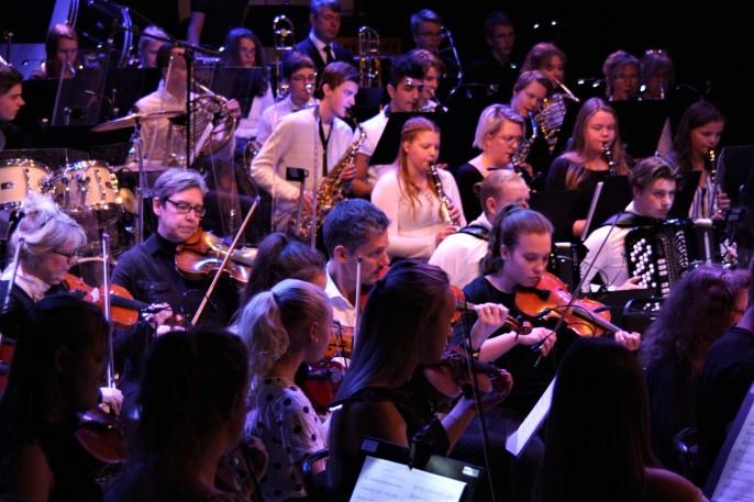 Musikskolans symfoniorkester framför en hyllning till Queen. Foto: David Fryxelius.